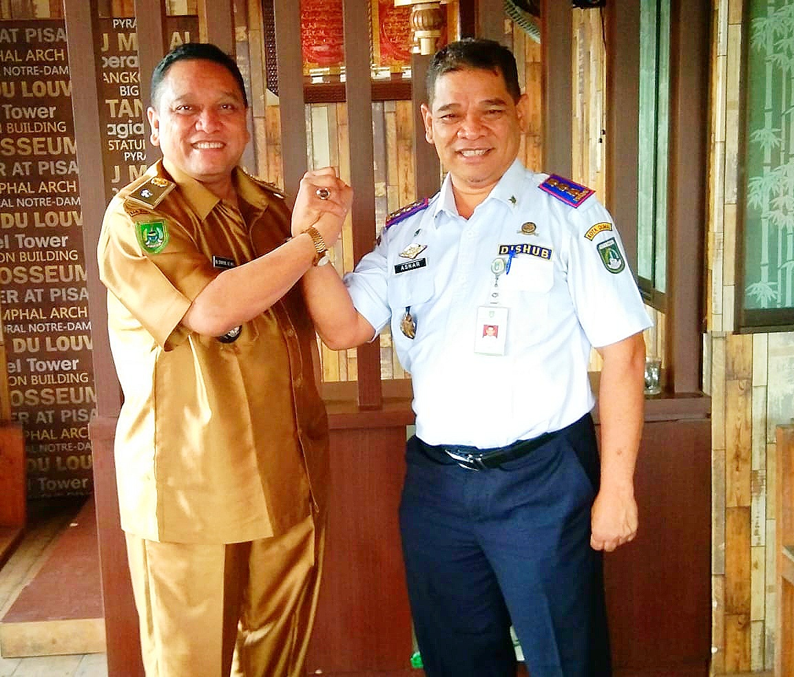 Kh Syafril SE MSI Penghulu Kasang Bangsawan bersama Asmar SP MP Kepala Dimas Perhubungan Kota Dumai.