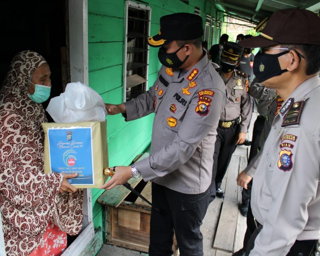Moment Hari Raya Idul Adha 1442 H, Keluarga Besar Polresta Pekanbaru Sembelih 26 Ekor Hewan Qurban dan Bagikan Paket Sembako