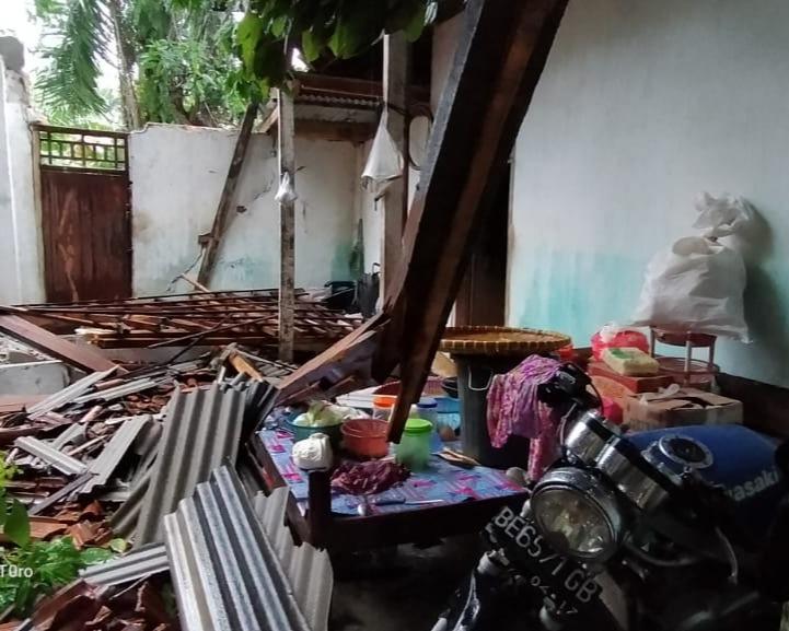 Akibat Hujan Deras Disertai Angin Kencang Puluhan Rumah Kecamatan Banjar Agung Porak Poranda