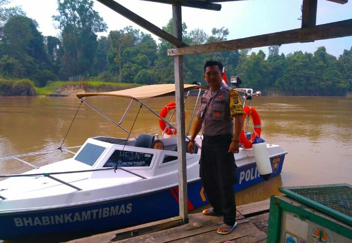 Kapolsek Bukit Batu Laksanakan Patroli dan Sapa Masyarakat Yang Beraktivitas di Sungai Rungan