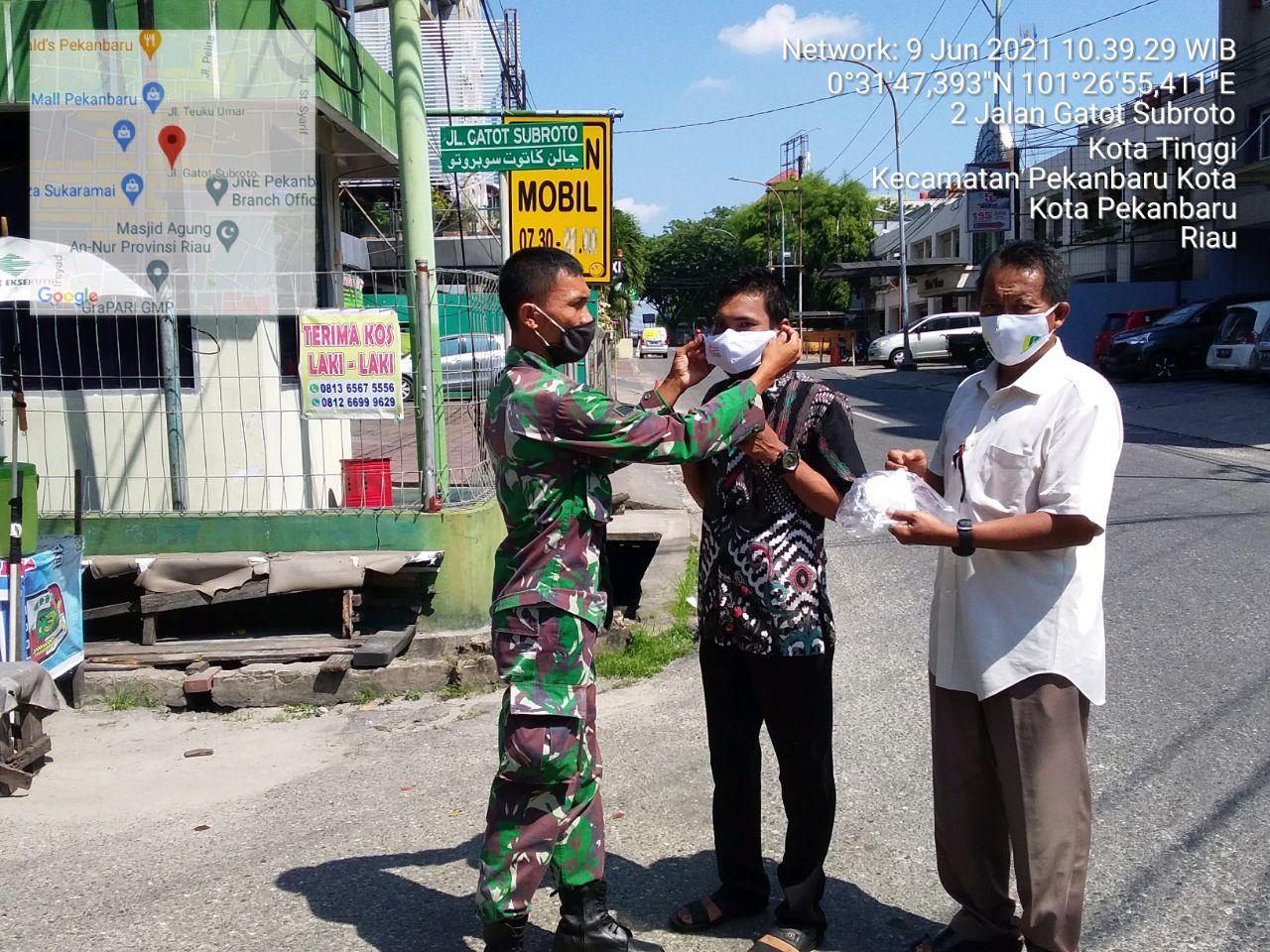 Cegah Penularan Covid-19, Babinsa Kodim 0301/PBR Bersama Lurah Kota Tinggi Laksanakan Pembagian Masker Kepada Warga Yang Melintas di Jalan Gatot Subroto