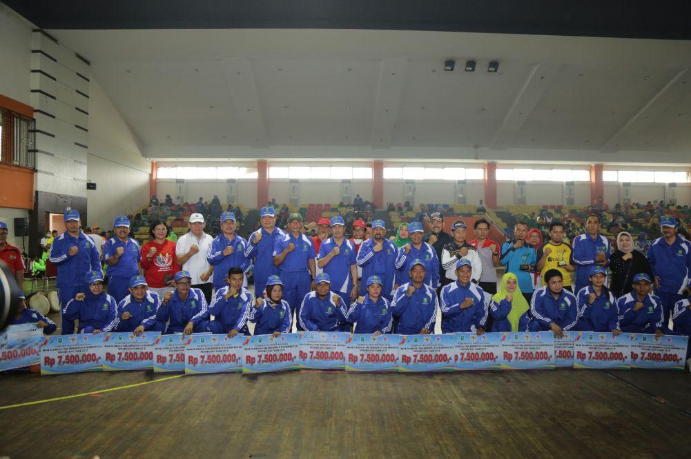 Gubernur Riau Memberikan Penghargaan Kepada 15 Atlet Berprestasi dan Pelatih