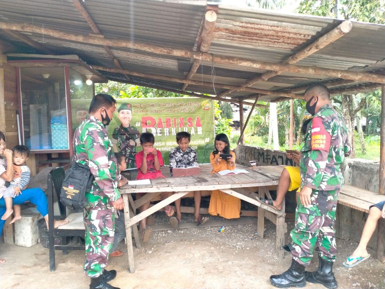 Babinsa Kodim 0301/PBR Laksanakan Gerakan Babinsa Berkibar Bagi Anak Didik Yang Terdampak Pandemi Covid-19
