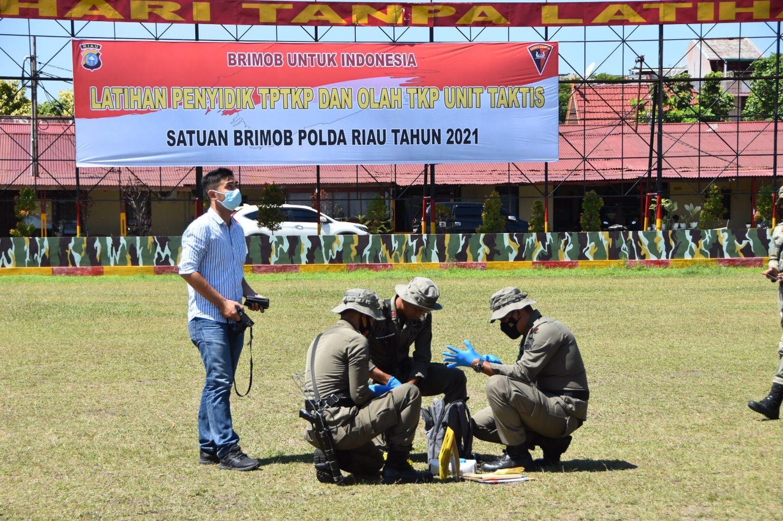 Personel Satuan Brimob Polda Riau Laksanakan Simulasi TPTKP dan Olah TKP Unit Taktis
