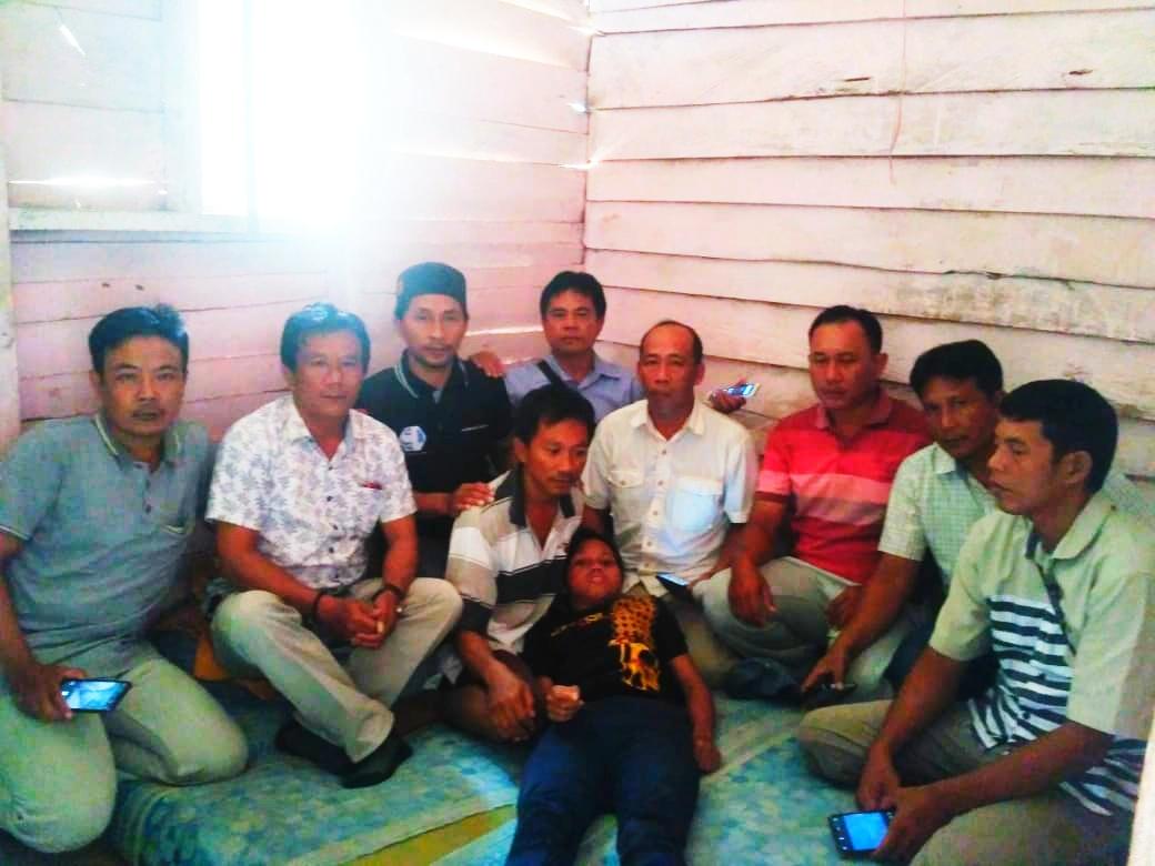 Parta Irawan Ketua DPC KWI Tanggamus Santuni Mayasari Penyandang Disabilitas