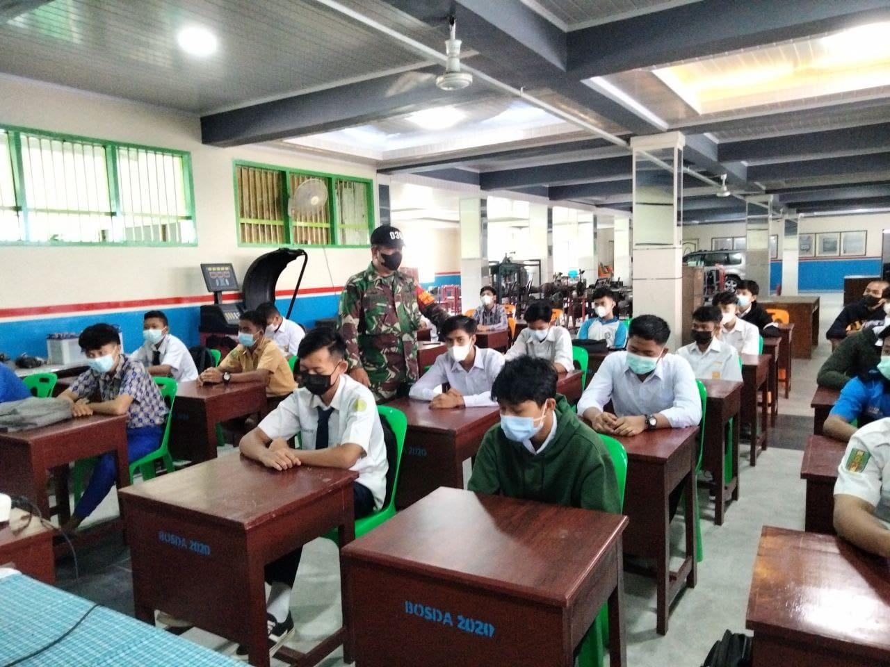 Babinsa Kodim 0301/PBR Berikan Pengarahan Kedispinan Prokes Kepada Siswa SMK Muhammadiyah 1
