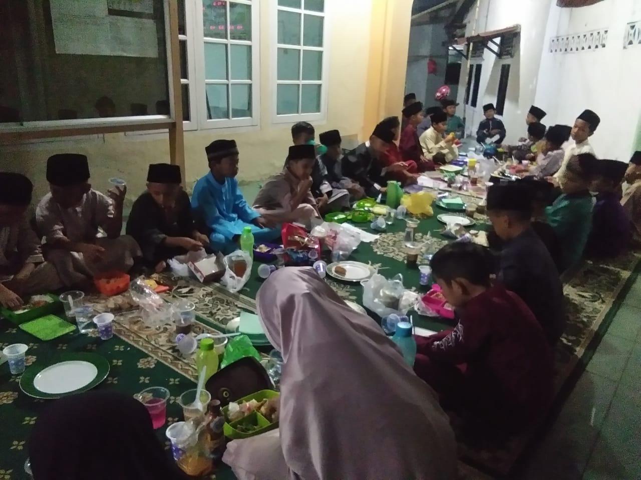 Sambut Puasa Asyuro, Ketua Yayasan MDTA Nurul Huda Bukber Dengan Santrinya