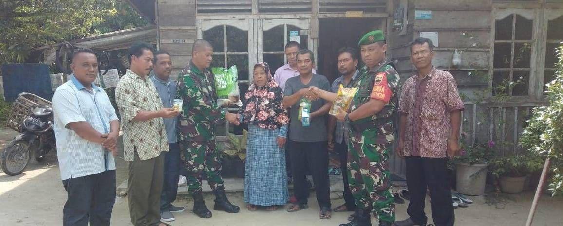 Babinsa Koramil 01/Rumbai Kodim 0301/Pekanbaru, Memberi Bantuan kepada Warga Kurang Mampu