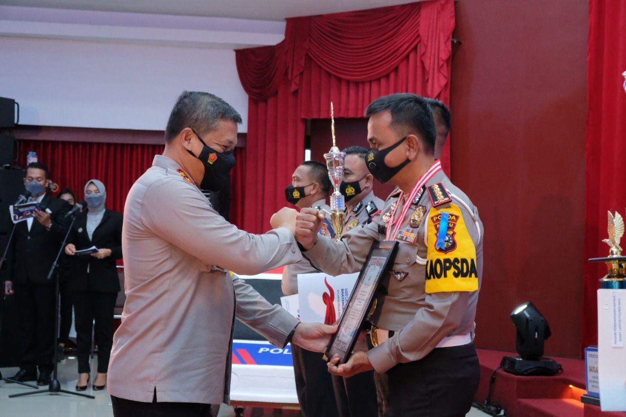 Peringati Hari Lalu Lintas Bhayangkara Ke-66, Kapolda Riau Berikan Penghargaan Personel Berprestasi