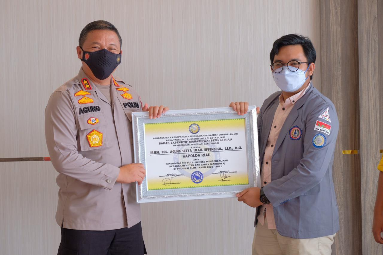 Lagi, Kapolda Riau Terima Dua Penghargaan Dari Badan Eksekutif Mahasiswa Se Provinsi Riau