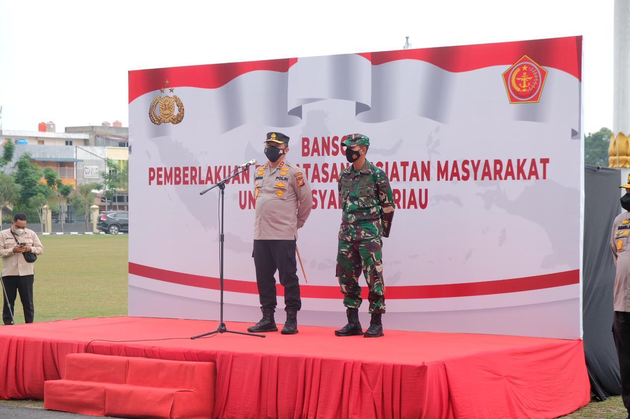 Berjuang Bersama Melawan Covid-19, Kapolda Riau Bersama Danrem 031/WB Melepas Penyerahan 503 Paket Bansos