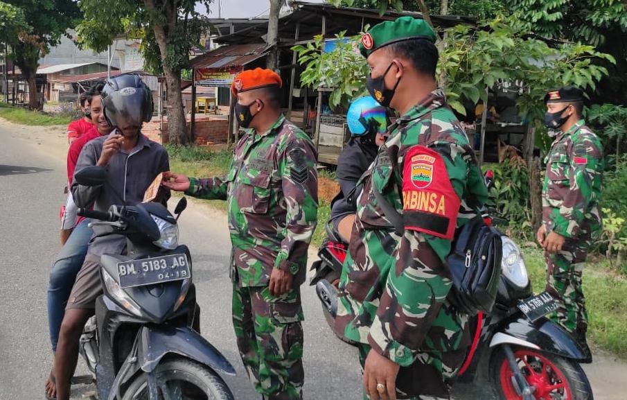 Babinsa Kodim 0301/PBR Laksanakan Kegiatan Sosialisasi PPKM Berskala Mikro di Kelurahan Sungai Ambang