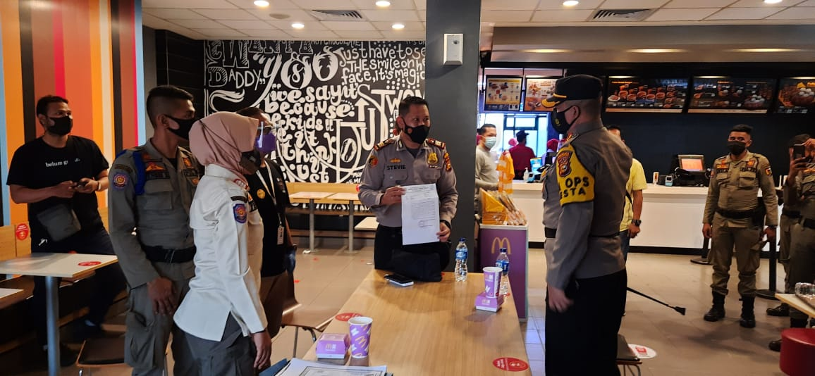 Kerumunan di McD, Tim Satgas Covid-19 Kota Pekanbaru Lakukan Pembubaran dan Penyegelan Sementara