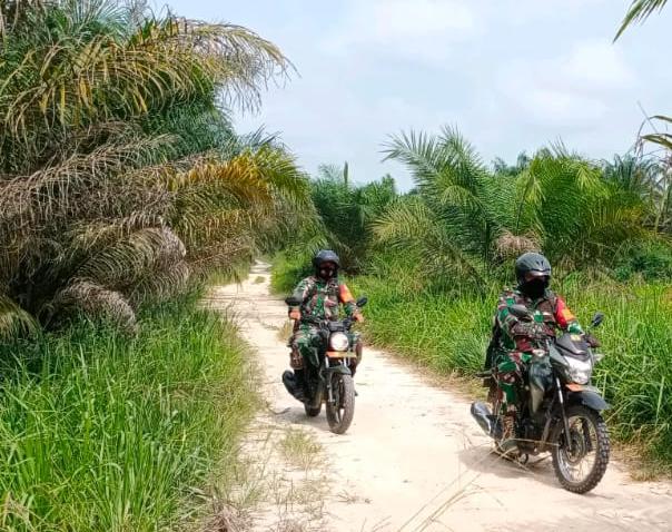 Gunakan Motor Dinas, Babinsa Kodim 0301/PBR Gelar Patroli dan Sosialisasi Karhutla