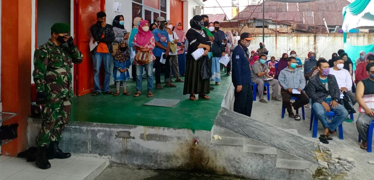 Babinsa Kodim 0301/Pekanbaru Dampingi Warga Monitor Pembagian BST