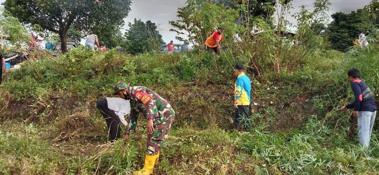 Babinsa Kodim 0301/PBR Bersama Warga Kelurahan Perhentian Marpoyan Laksanakan Kerja Bhakti Pembersihan TPU