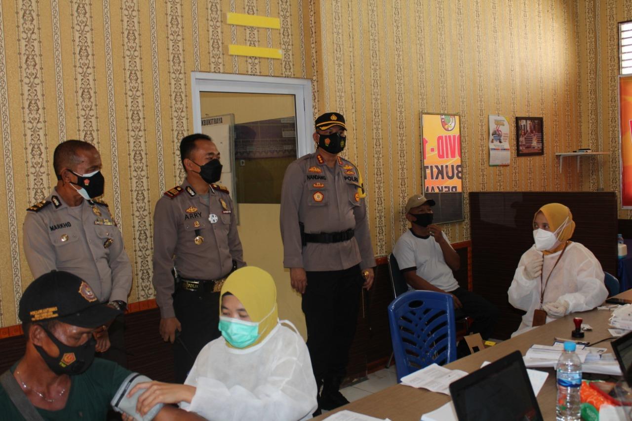Kapolresta Pekanbaru Kunjungi Pelaksanaan Vaksinasi Covid-19 Massal di Wilayah Hukum Polsek Bukit Raya