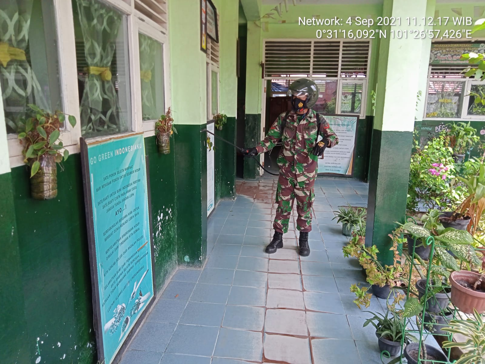 Jelang Pembelajaran Tatap Muka, Babinsa Kodim 0301/PBR Melakukan Penyemprotan Disinfektan di SD Negeri 71