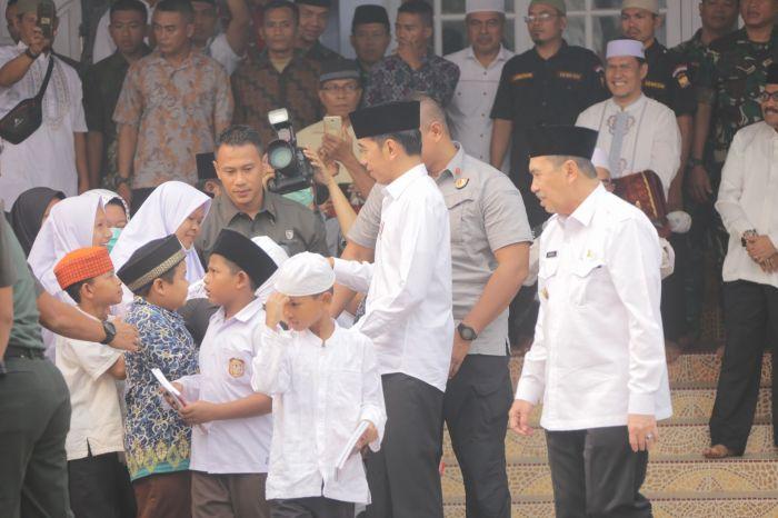 Presiden RI Joko Widodo Membagi - Bagikan Buku Kepada Anak - Anak