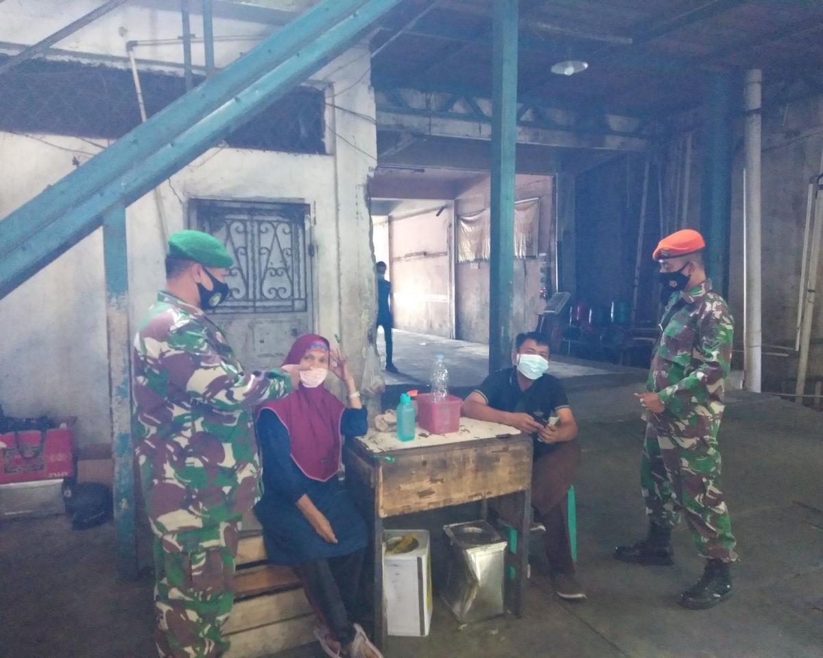 Babinsa Kodim 0301/PBR Bersama Personil Paskhas TNI AU Laksanakan Himbauan Memakai Masker di Kelurahan Sago