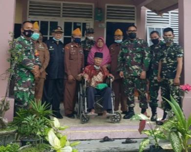 Personil Babinsa Kodim 0301/PBR Lakukan Kunjungan Serta Silahturahmi Ke Rumah Anggota Veteran
