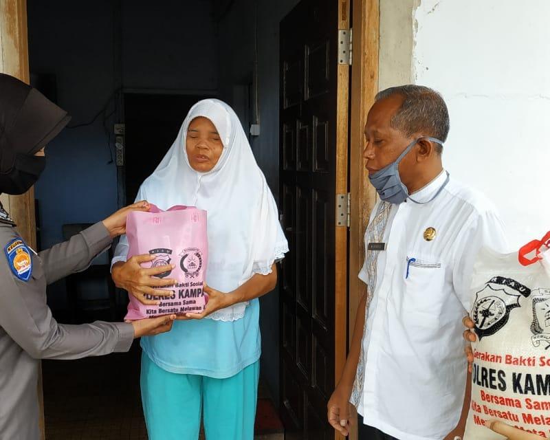 100 Paket Bantuan Kemanusiaan Ramah Perempuan dan Anak Dari Bhayangkari Polres Kampar Dibagikan