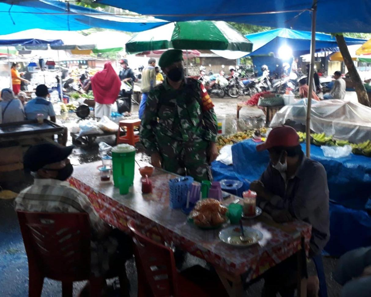 Babinsa Kodim 0301/PBR Lakukan Penegakkan Prokes Kepada Pedagang dan Pengunjung di Pasar Rumbai