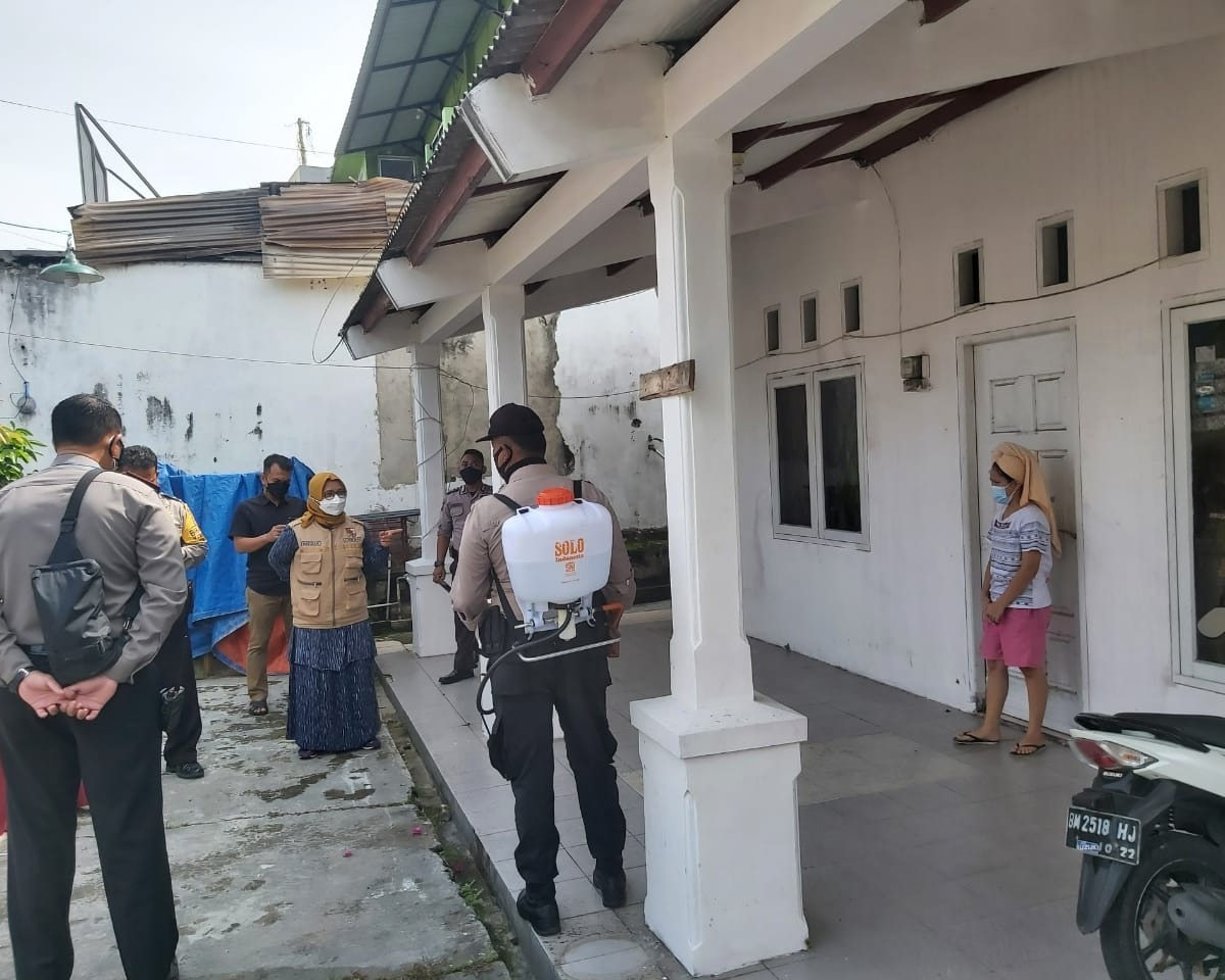 Polsek Limapuluh Lakukan Penyemprotan Disinfektan Di Rumah Warga Suspek Covid-19