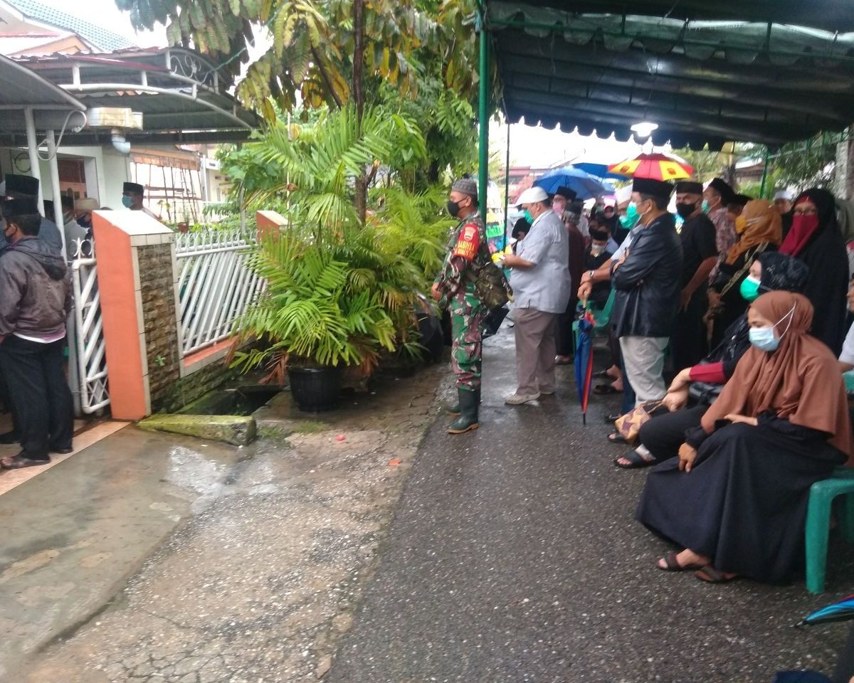 Turut Belasungkawa, Babinsa Kodim 0301/PBR Melayat Kerumah Duka Tokoh Masyarakat Di Kelurahan Sidomulyo Timur