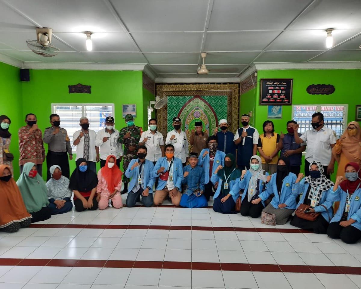 Babinsa Kodim 0301/Pekanbaru Bersama Camat Sail Hadiri Penyerahan Sembako di Musholla Maqbulullah