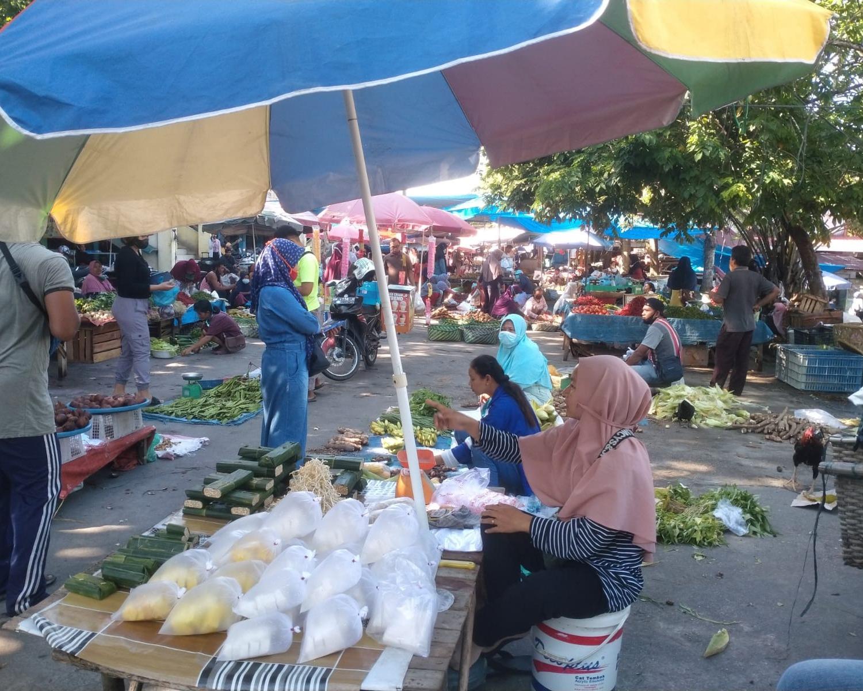 Babinsa Kodim 0301/PBR Terus Berikan Himbauan Kepada Pedagang dan Pengunjung di Pasar Rumbai