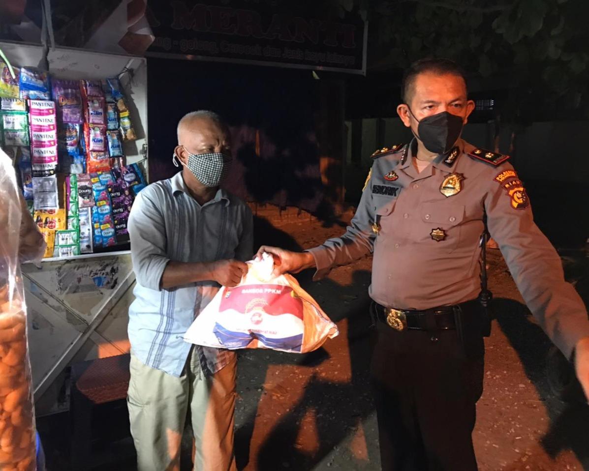 Ringkankan Beban Masyarakat Yang Terdampak Pandemi Covid-19, Kapolsek Sukajadi Serahkan Bantuan Sosial Kepada Para Pedagang