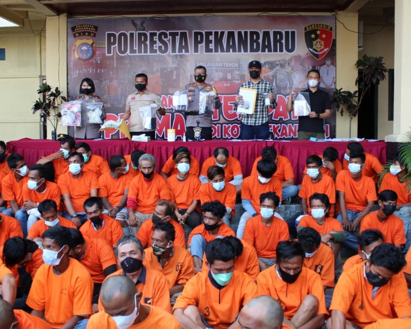 Polresta Pekanbaru dan Jajaran Polsek Amankan 79 Preman, Senjata Tajam dan Pistol Mainan Turut Diamankan