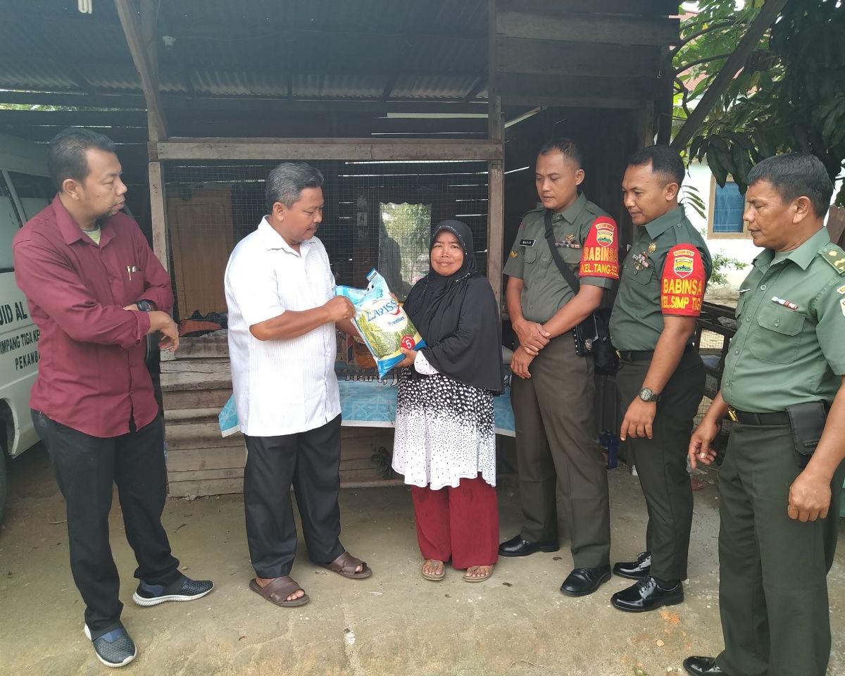 Babinsa Koramil 05/Sail Kodim 0301/Pekanbaru Memberikan Bantuan Sembako Kepada Warga