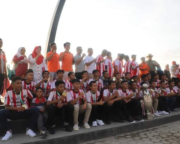 Wawako Hendri Septa dan Indra Sjafri Arak Piala Soeratin Keliling Kota Padang