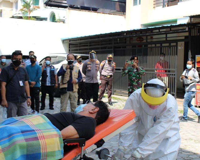 Kapolresta Pekanbaru Bersama Tim Satgas Jemput Warga Yang Terpapar Covid-19 Yang Isolasi Mandiri Dirumah
