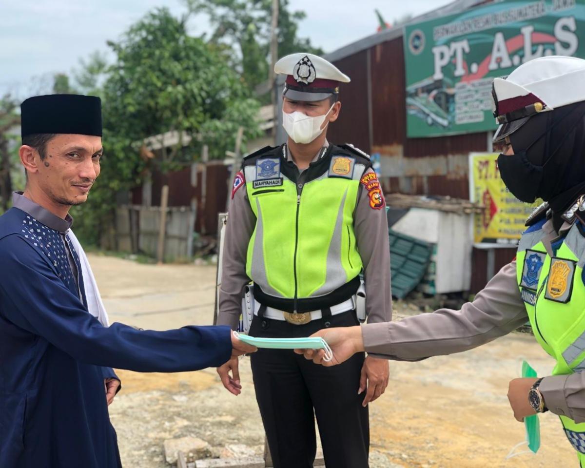 Satlantas Polres Siak Gelar Jumat Barokah Berupa Bersihkan Masjid dan Pembagian Masker Kepada Jemaah Yang Laksanakan Ibadah Sholat Jumat