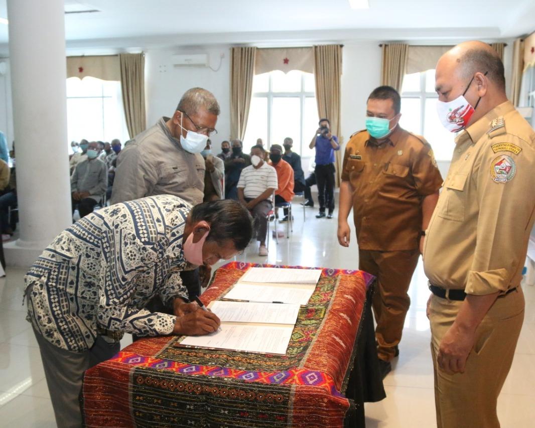 Bupati Taput Serahkan Dana Hibah Pembangunan dan Rehabilitasi Sarana dan Prasarana Rumah Ibadah Secara Simbolis