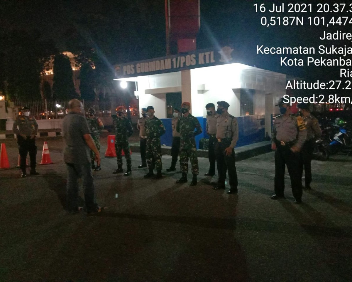Babinsa Kodim 0301/PBR Bersama Tim Satgas dan Polsek Pekanbaru Kota Lakukan Sosialisasi PPKM Mikro dan Penyekatan Jalan